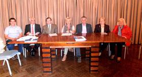 Mesa presidencial de la asamblea y en el centro la presidenta Rosita Lladó.