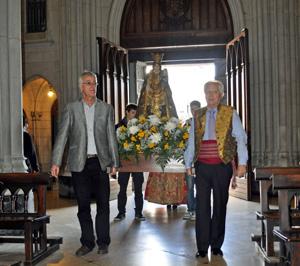 La imagen de la Virgen de los Desamparados entrando en la iglesia.