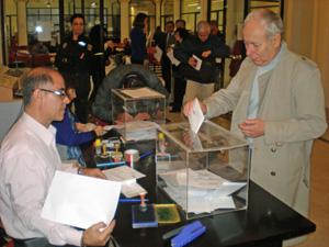 Emigrantes españoles depositando su voto en la urna en el Consulado en Buenos Aires el miércoles 21 de mayo.