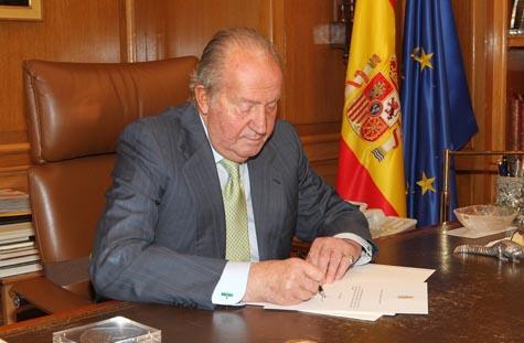 El Rey firma el documento en el que comunica su decisión de abdicar la Corona.