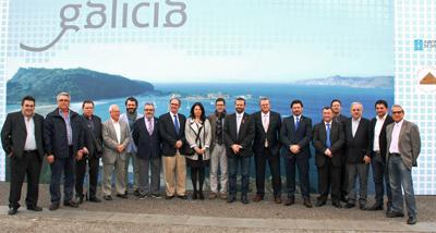 Autoridades y representantes de las comunidades gallegas durante la inauguración.