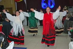El cuerpo de baile de Alma Gallega en su sesenta aniversario.
