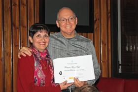 La presidenta del Lar Gallego de Chile, María Myriam López Marín, entregó el diploma como ganador del Concurso a Fernando Moure.