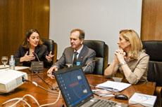 La delegada del Gobierno para la violencia de género, Blanca Hernández, primer por la izquierda, Eduardo Dizy y Marina del Corral.