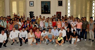 Fotos de familia con los jóvenes participantes en el encuentro.