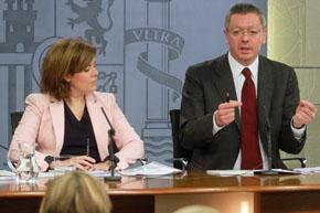 La vicepresidenta del Gobierno, Soraya Sáenz de Santamaría, y el ministro de Justicia, Alberto Ruiz-Gallardón.