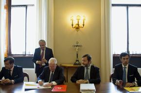 El embajador Sáenz de Buruaga, el director del Cervantes, Víctor García de la Concha, Rafael Rodríguez-Ponga y Sergio Rodríguez López-Ros en la firma del acuerdo.