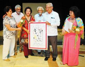 Thelvia Marín recibe el premio.