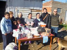 Socios del Centro Valenciano 'Portal Valencià' entregaron los alimentos al comedor El Rancho.