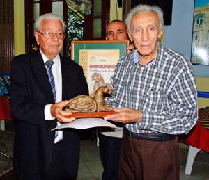Carmelo González entrega el premio 'Bardino Canario' a Modesto San Gil Henríquez.