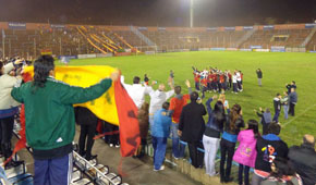 Por la noche, el plantel de Español y sus hinchas festejaron el ascenso en el Estadio España.