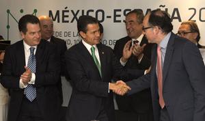 Imagen de la firma del acuerdo entre Iberia e Interjet en la CEOE.