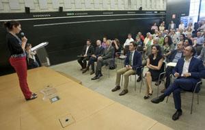 La vicepresidenta de la Faeeh, Lucía Lameiro, se dirige a los asistentes a la inauguración.