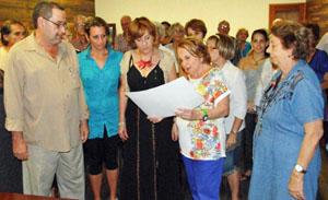 Begoña Serrano y Paz Fernández Felgueroso, en el centro, entregaron el diploma de reconocimiento de la 'asturianía' a los directivos de 'Naturales de Boal'.