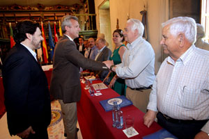 El vicepresidente de la Xunta, Alfonso Rueda, saluda a los componentes de la Comisión en presencia de Rodríguez Miranda.
