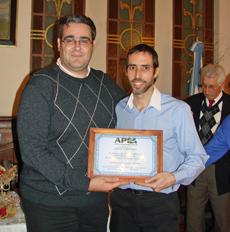 El secretario de APEA, Javier Vence (izquierda), entregó el premio al delegado de España Exterior en Buenos Aires, Leo Vellés.