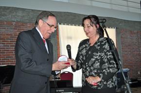 Carlos Zubillaga recibió la 'Vieira de Prata' de manos de la presidente del Patronato, Ana Lorenzo.