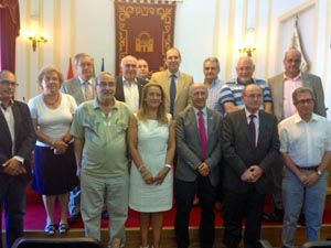 El consejero de Salud y Política Social, Luis Alfonso Hernández Carrón (segunda fila, centro) con miembros del Consejo de Comunidades Extremeñas.