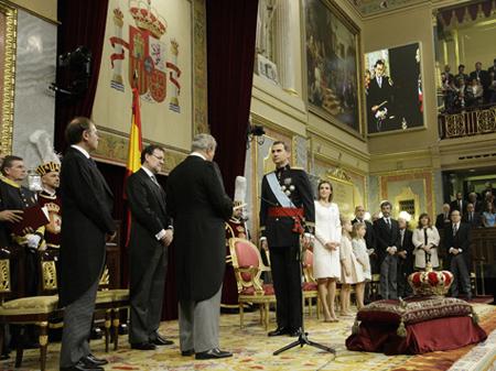El Rey Felipe VI en el acto de proclamación acompañado de la Reina Letizia, la Princesa Leonor y la Infanta Sofía ante el presidente del Gobierno, Mariano Rajoy, el del Congreso, Jesús Posada, y otras autoridades del Estado.