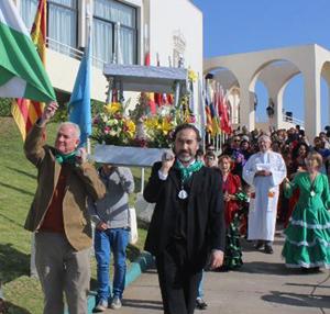 La procesión por el interior del recinto del Club Unión Española.
