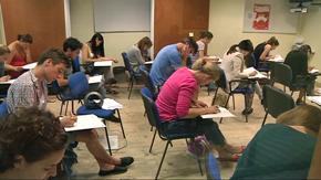 Alumnos realizando el examen de los Diplomas de Español como Lengua Extranjera.