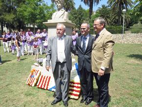 Vázquez Abad con otras autoridades ante el busto de Rosalía de Castro.
