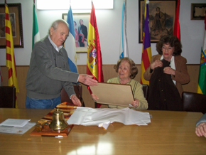 Antonio Reus entregó la distinción a Paulina Burgos.