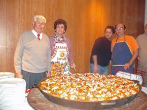 El titular del centro, Juan Fernández Lidueña (izq.) acompañado de miembros de la entidad antes de servir la paella.