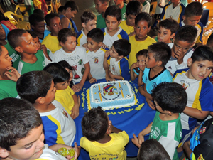 Los más jóvenes cantaron el cumpleaños feliz del Casa Canaria FC.