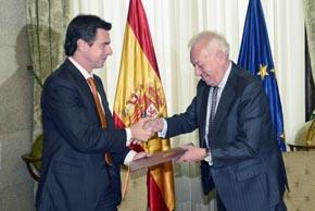José Manuel Soria y José Manuel García-Margallo tras la firma del convenio.