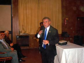 El presidente del Centro Murciano, Gustavo Yepes, dirigiéndose al público.