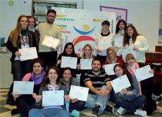 Los jóvenes españoles de todo el país, en la oficina de AJDERA con los certificados que recibieron una vez finalizada la formación.