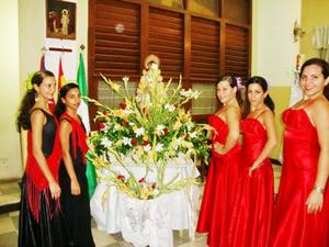 El grupo Fe Andaluza con la imagen de la Virgen del Rocío.