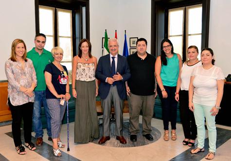 El consejero de la Presidencia, Manuel Jiménez Barrios (centro), y la secretaria general de Acción Exterior, Sol Calzado (1ª por la izquierda), con los representantes de la Federación de Asociaciones de Emigrantes y Retornados.