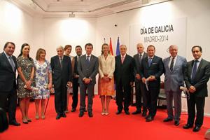 Núñez Feijóo y Doña Elena con los galardonados durante la celebración del Día de Galicia en la Casa de Galicia en Madrid.