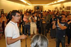 Mario Outeiro durante la inauguración de la muestra.