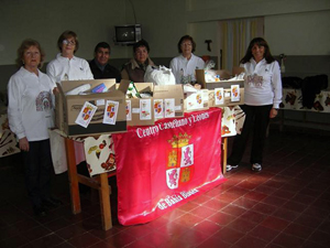 La delegación del Centro Castellano y Leonés, con los productos que donaron.