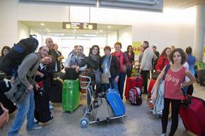 Algunos de los participantes en Escolas Abertas a su llegada al aeropuerto de Santiago.