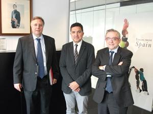 Gaspar Llanes (centro) en el encuentro que mantuvo en Londres.