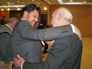 Miranda saluda a uno de los directivos que participó de la reunión en Buenos Aires.