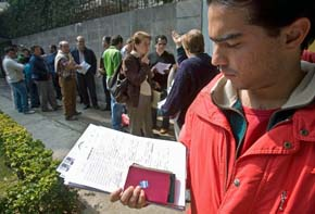Imagen de archivo de las colas de descendientes de españoles ante el Consulado de España en México.