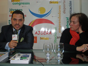 El presidente de Ajdera, Santos Gastón, presentó los programas junto a la coordinadora de proyectos de trabajo de la asociación, Alejandra Colombo.