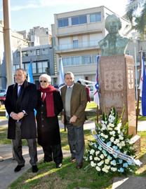 El embajador Roberto Varela y el secretario y el presidente de la Federacion, Eduardo Alonso y Carlos Barcia, realizaron la ofrenda floral.