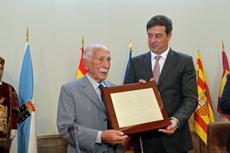 Darío Rivas recibe la Placa de manos del presidente de la Diputación de Lugo, José Ramón Gómez Besteiro.