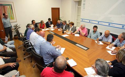 La conselleira de Facenda, Elena Muñoz, en la reunión con representantes de las plataformas de pensionistas retornados.