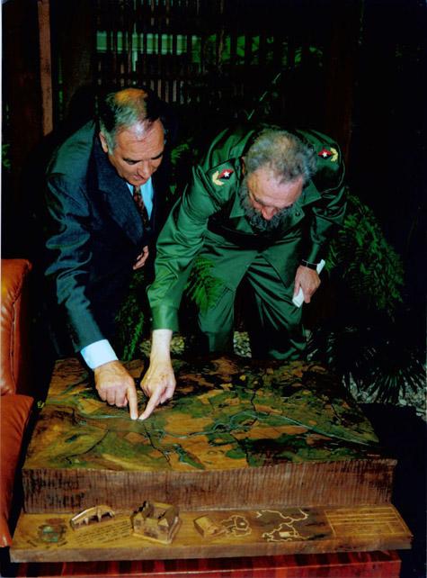 Fidel Castro y Eladio Capón, alcalde de Láncara, ante una maqueta del municipio.