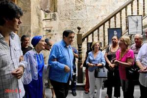 Pedro Simón (centro) y Alicia Alonso son recibidos por presidentes de sociedades españolas a su llegada al interior del Castillo de la Real Fuerza, sede de las primeras ediciones del Festival La Huella de España.