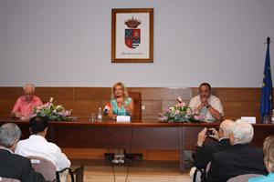Ascensión Pérez flanqueada por Luis Heras (izq.) y el alcalde Juan Carlos Gonzalo.