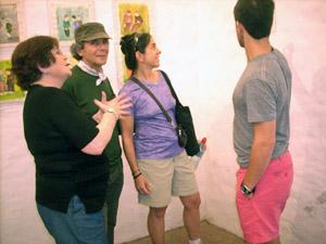 Miguens (izq.), con personas que asistieron a la muestra en Buenos Aires.