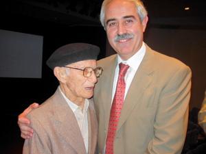 Aurelio Miras, en una imagen de la muestra con el emigrante Pablo Martínez.
